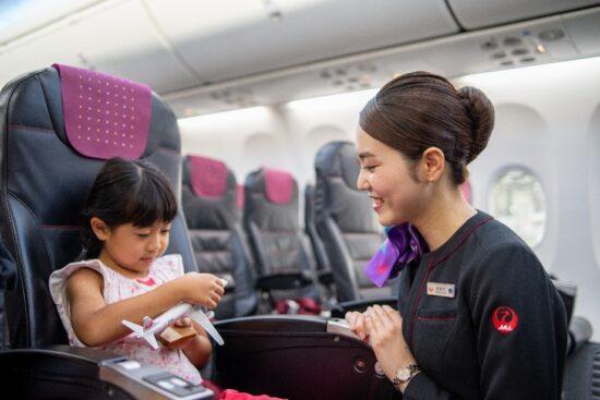 お子さま連れのお客さまへ安心して楽しくご搭乗いただくために ~JTAの機内サービス紹介~